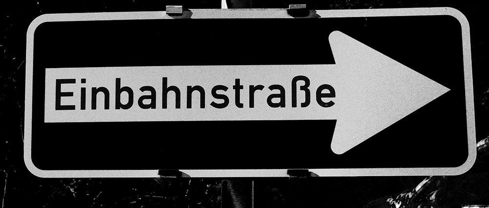 Ausschnitt eigenes Foto: Verkehrsschild Einbahnstrasse