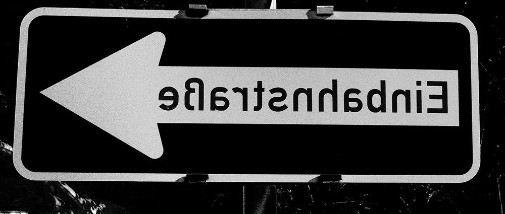 Header - eigenes Foto, Ausschnitt: gespiegeltes Verkehrszeichen